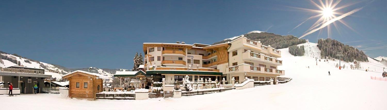 Das Hotel Egger in bester Lage im Skigebiet Saalbach Hinterglemm Leogang Fieberbrunn: Direkt neben der Piste